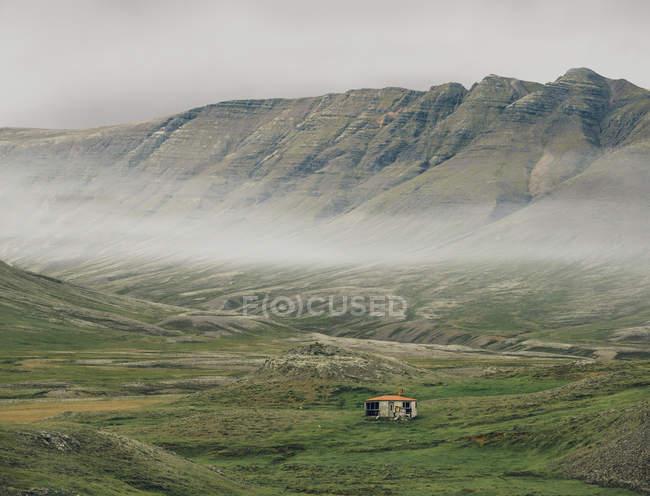 Vista in lontananza di Lone capanna nella valle, Mosfellsheidi, Islanda — Foto stock