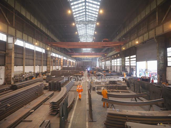 Обзор мужчин-рабочих на фабрике морских фабрик — стоковое фото