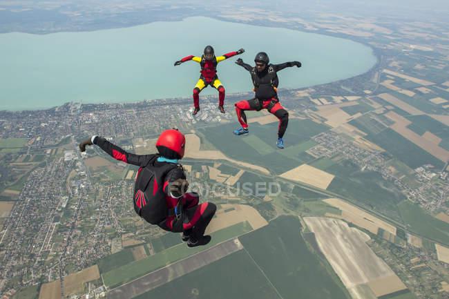 Три парашютиста свободно летают в строю, Шиофок, Сомоги, Венгрия — стоковое фото