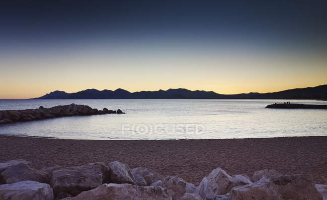 Scenic view of rocky seashore at sunset — Stock Photo