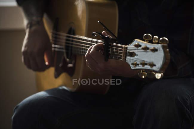 Abgeschnittenes Bild eines Mannes, der Gitarre spielt — Stockfoto