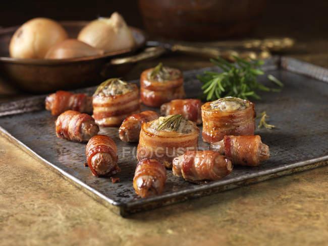 Rolinhos de bacon assado recheado com alecrim — Fotografia de Stock