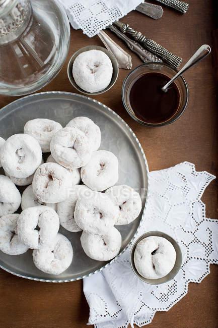 Вид зверху лоток білий пончики з кавою — стокове фото