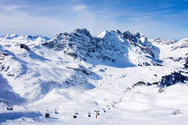 Couvert de neige montagne paysage et téléski, Engelberg, Mount Titlis, Suisse — Photo de stock