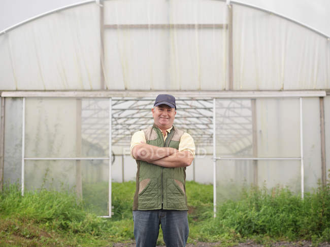 Fermier debout à l'extérieur Polytunnel — Photo de stock