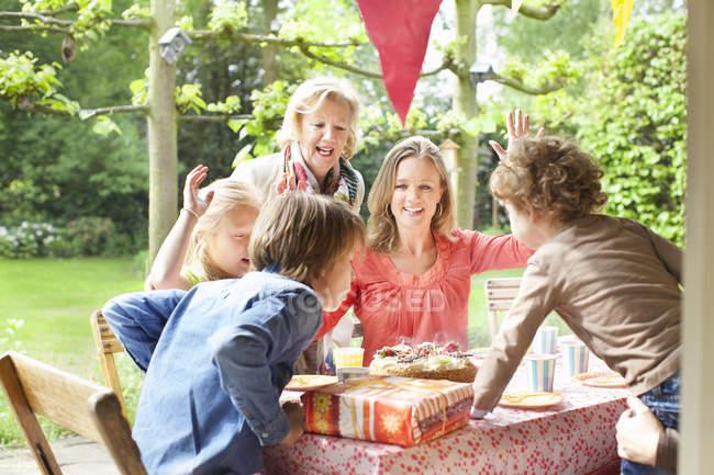 Семейное пение и аплодисменты на дне рождения — стоковое фото