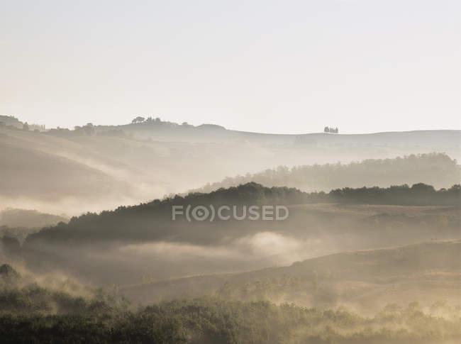 Vista maravilhosa e montanhosa paisagem da Toscana ao amanhecer perto de Montalcino, Itália — Fotografia de Stock