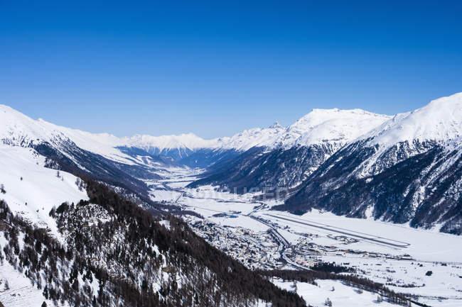 Vallée de montagne couverte de neige, Engadin, Suisse — Photo de stock