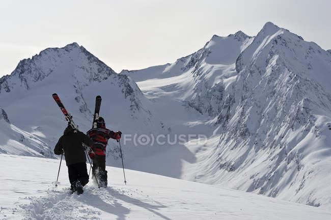 Два лыжника-мужчины идут в гору, Обергургль, Австрия — стоковое фото