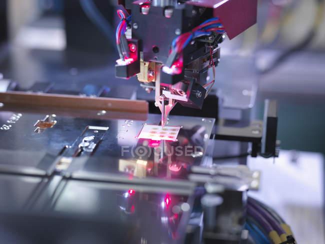 Componente electrónico en la máquina de ensayo, primer plano - foto de stock