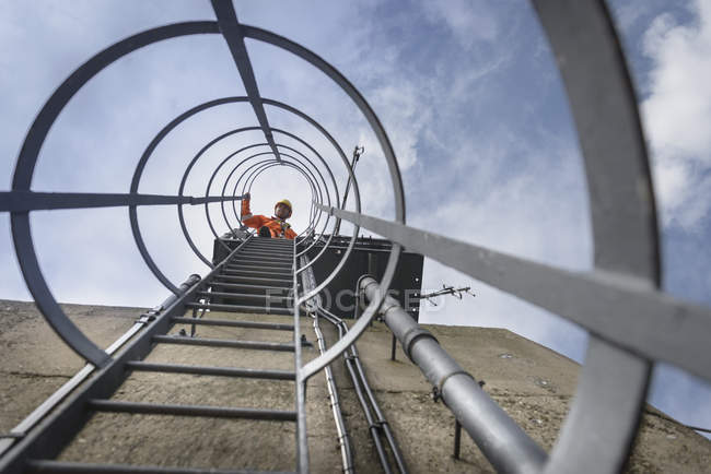 Bridge worker on ladder on top of suspension bridge, Humber Bridge, UK — Stock Photo