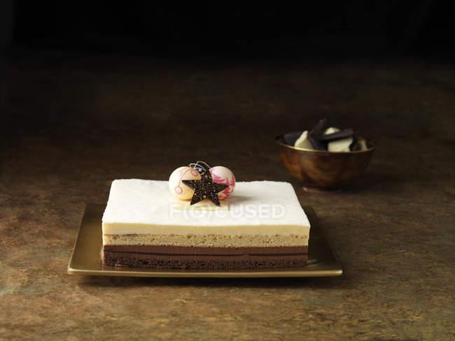 Postre torta de Navidad decorada con adornos - foto de stock