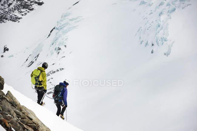 Alpinistes ski de randonnée sur montagne enneigée, Saas Fee, Suisse — Photo de stock
