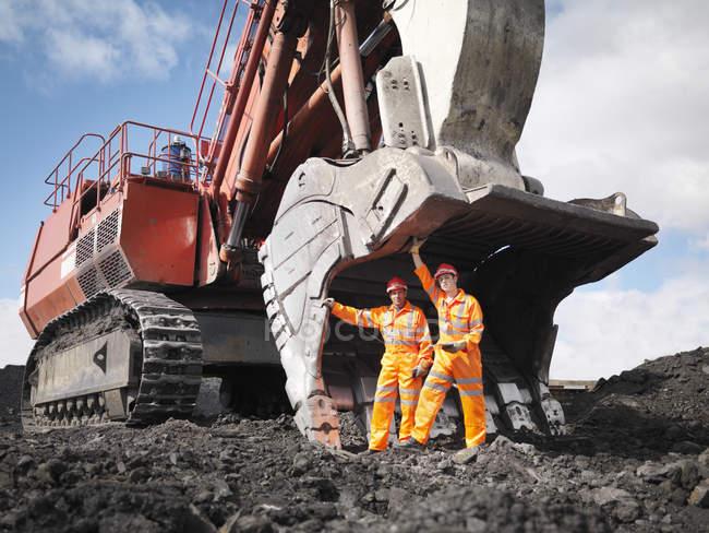 Mineurs de charbon avec pelleteuse — Photo de stock