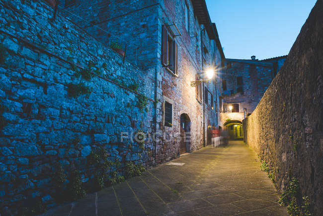 Streetlamp and alley at dusk, Colle di Val dElsa, Siena, Italy — Stock Photo