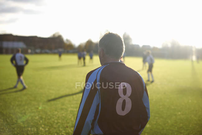Задний вид футболиста с номером восемь на спине — стоковое фото