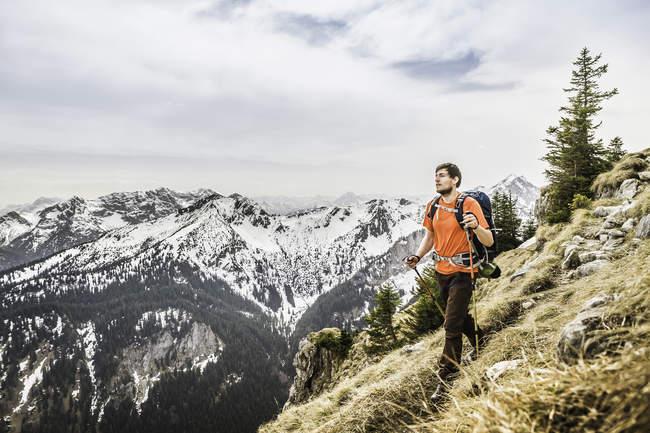 Junge männliche Wanderer am Gipfel der Klammspitze Berg, Oberammergau, Bayern, Deutschland — Stockfoto
