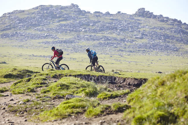 Cyclists cycling on hillside — Stock Photo