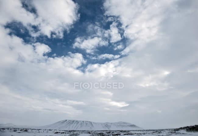Живописный вид на вулкан Hverfjall, озеро Мюватн, Северная Исландия — стоковое фото