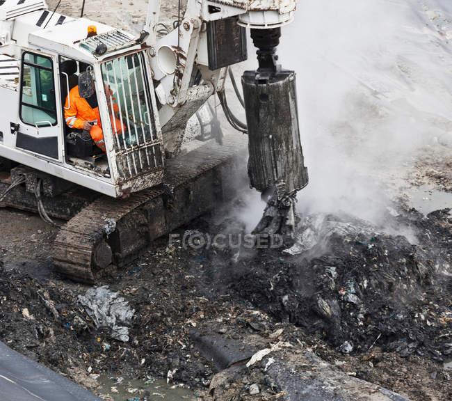 Macchinari presso il centro di raccolta dei rifiuti — Foto stock