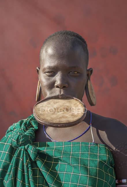 Femme de la tribu Mursi avec un disque dans la lèvre inférieure, Omo Valley, Ethiopie — Photo de stock