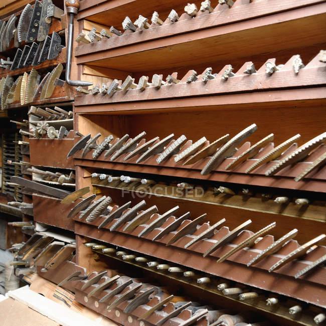 Ряды полок и инструментов в традиционной мастерской по переплету книг — стоковое фото