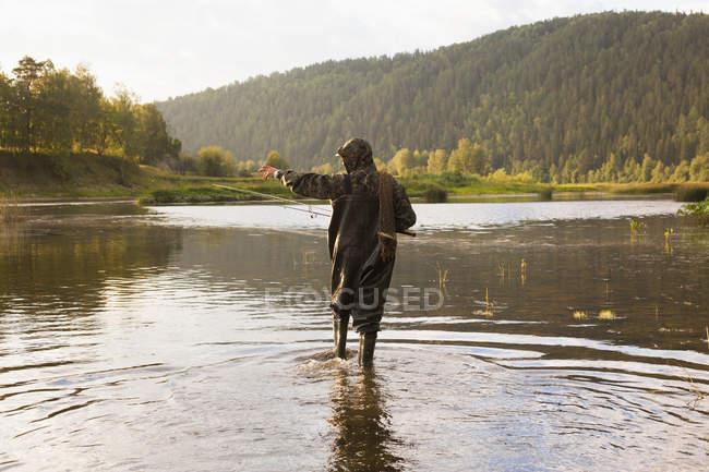 Средний взрослый человек, рыбалка в реке, Sarsy деревне, Свердловская область, Россия — стоковое фото