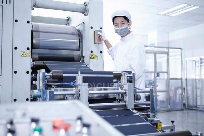 Travailleur masqué à l'usine de batteries e-cigarettes, Guangdong, Chine — Photo de stock