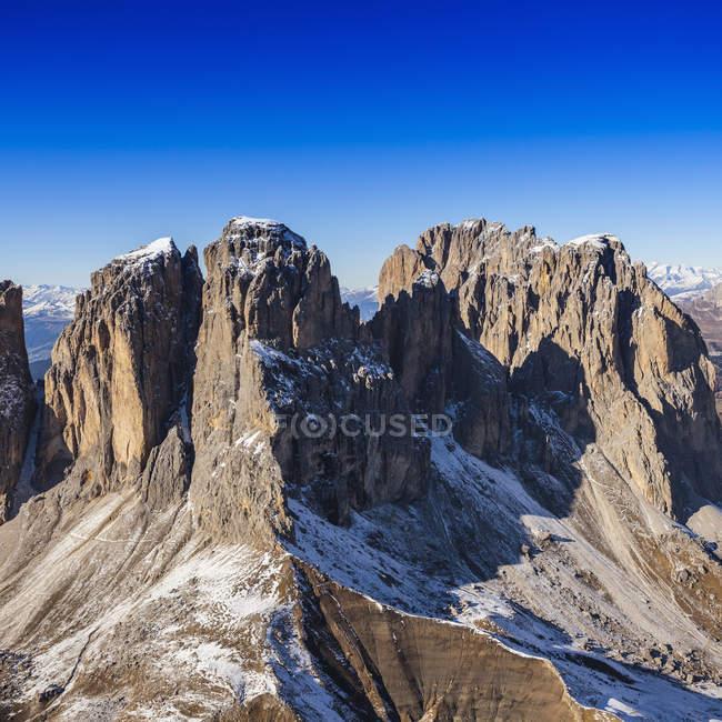 Живописный вид на вершину горы, Доломиты, Италия снято с вертолета — стоковое фото