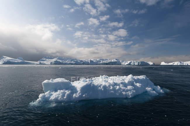 Vista panorâmica de icebergs iluminado pelo sol, Ilulissat Fiorde de gelo, Baía de Disko, Groenlândia — Fotografia de Stock