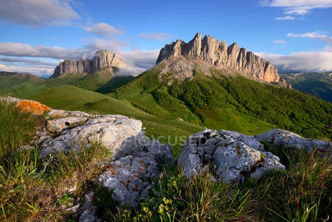 Скелі і гори acheshboki при яскравому сонячному світлі — стокове фото
