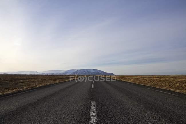 Зменшення точки зору порожній дороги, Ісландія — стокове фото