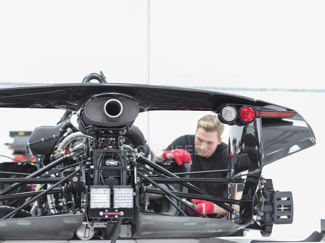 Engenheiro montagem supercarro na fábrica de carros esportivos — Fotografia de Stock