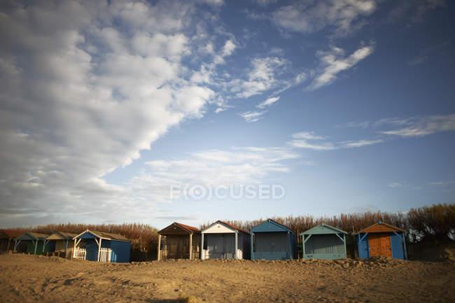 Reihe von bunten Strandhäuschen am Strand — Stockfoto