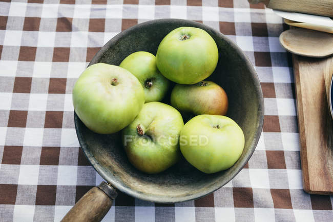 Green Apples in pan — Stock Photo