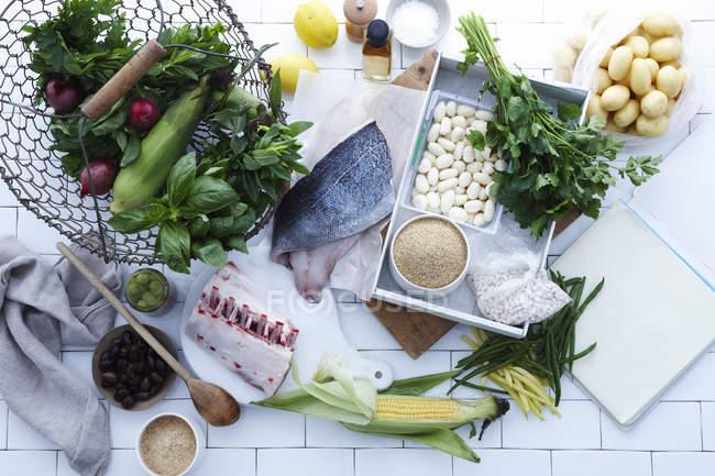 Auswahl an frischem Fisch, Fleisch und Gemüse — Stockfoto