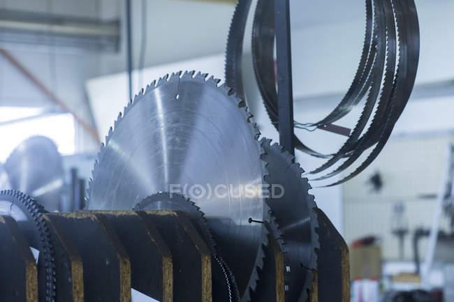 Variedad de cuchillas rotativas en soporte - foto de stock