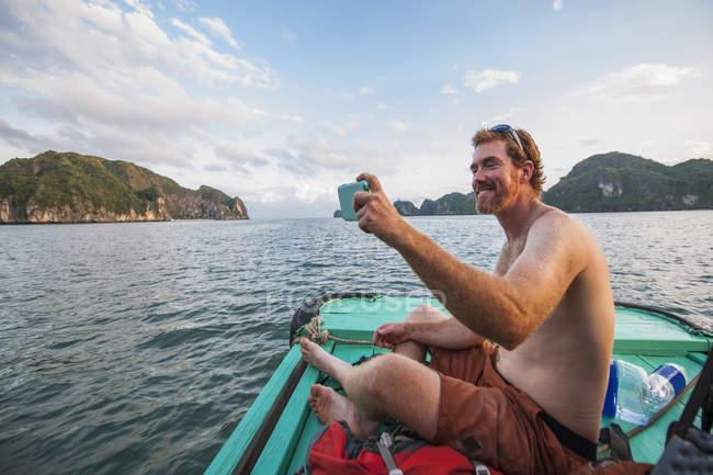 Homem tomando um auto retrato no barco em Halong Bay, Vietnã — Fotografia de Stock