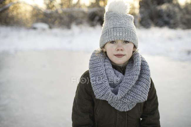 Портрет молодої дівчини сніжний пейзаж — стокове фото