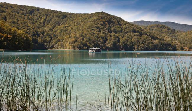 Velejando no lago ainda de ferry — Fotografia de Stock