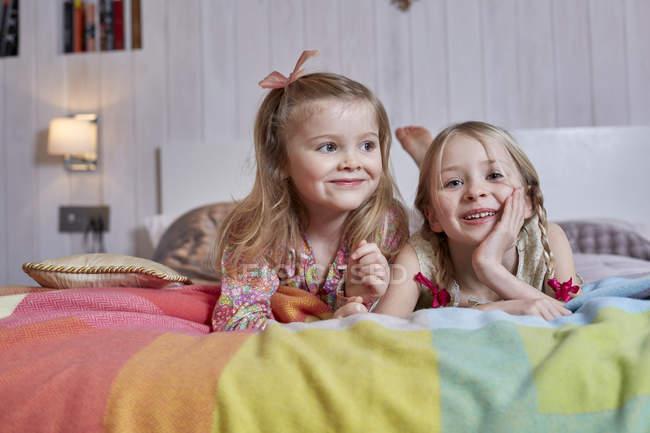 Meninas, deitada na cama — Fotografia de Stock