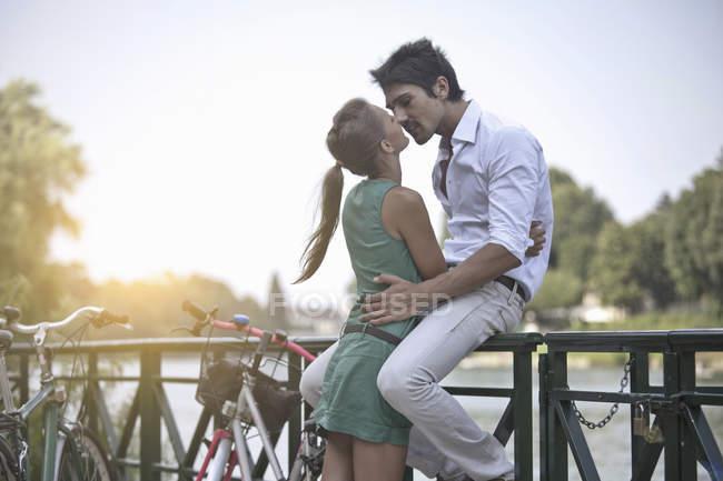 Jovem casal abraçando, beijando, Turim, Piemonte, Itália — Fotografia de Stock