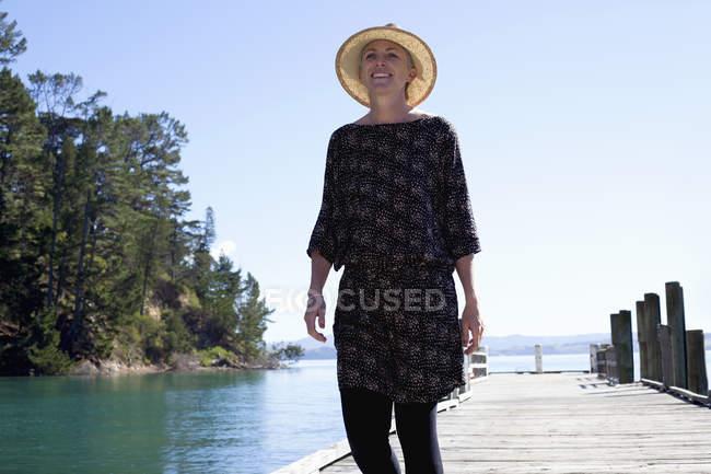 Середині дорослої жінки прогулюються на пристані, Нова Зеландія — стокове фото
