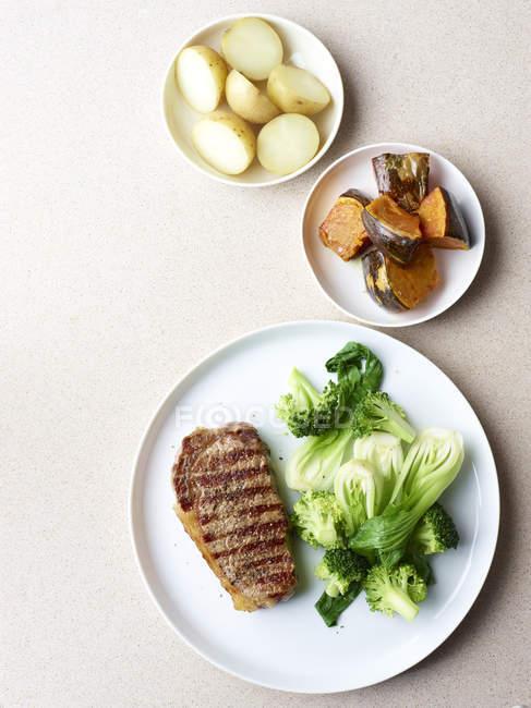 На грилі стейк з здорових овочеві сторін — стокове фото