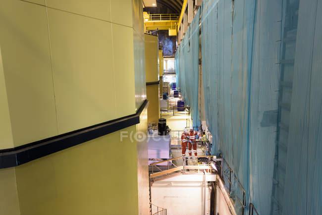 Trabajadores en central hidroeléctrica - foto de stock