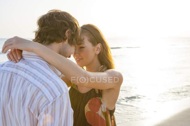 Романтическая молодая пара лицом к лицу на солнечном пляже, Майорка, Испания — стоковое фото