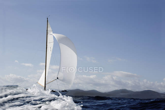 Классическая парусная яхта в открытом море днем — стоковое фото