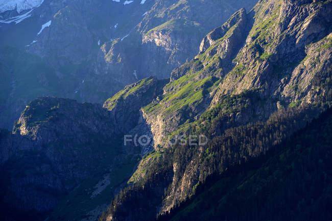 Falésias de montanha verde na luz solar brilhante — Fotografia de Stock
