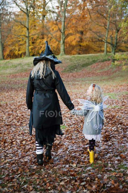Madre e hija con disfraces - foto de stock