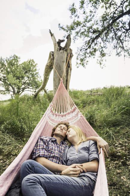Romantische Teenager-Mädchen und Freund Liegen in ländlichen Hängematte — Stockfoto